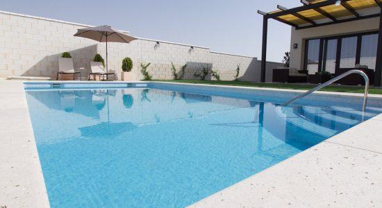 piscina-elarrabal-casa-rural-cobisa